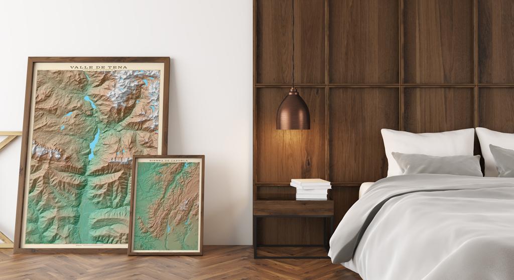 Composición de cuadros con mapas colocados en el suelo