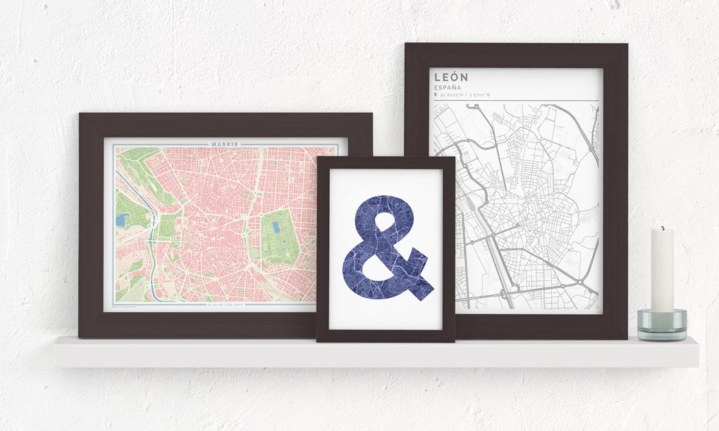 Composición de cuadros con mapas en un estante